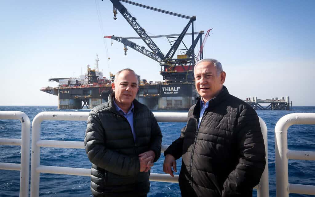 בנימין נתניהו ויובל שטייניץ בעת ביקור בסדת הקידוח לווייתן מול קיסריה. ינואר 2019 (צילום: Marc Israel Sellem/POOL)