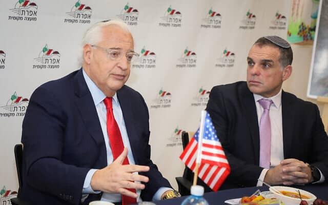 שגריר ארצות הברית בישראל, דיוויד פרידמן (משמאל), עם ראש מועצת אפרת עודד רביבי באפרת, 20 בפברואר 2020 (צילום: גרשון אלינסון/פלאש90)