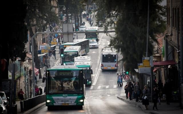 תחבורה ציבורית. האוטובוסים פועלים במתכונת חלקית מאוד, מדלגים על ימי שישי, מסיימים בשמונה בערב. מרץ 2020 (צילום: Yonatan Sindel/Flash90)
