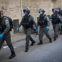 שוטרים פושטים על שכונה חרדית לאחר שחיילים  בירושלים, לאחר  שחיחלקו מזון והותקפו (צילום: Yonatan Sindel/Flash90)