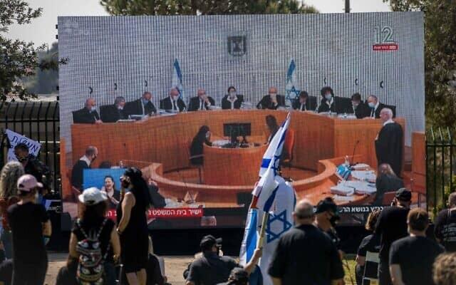מפגינים צופים בישיבת בית המשפט העליון מחוץ לכנסת. 3 במאי 2020 (צילום: יונתן זינדל/פלאש90)