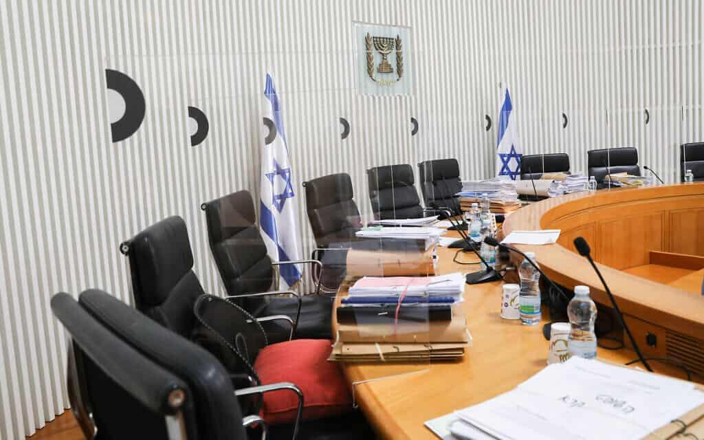 """מדוכת השופטים מוכנה לקראת הדיון בבג""""ץ על ההסכם הקואליציוני בין הליכוד וכחול-לבן (צילום: Yossi Zamir/POOL)"""