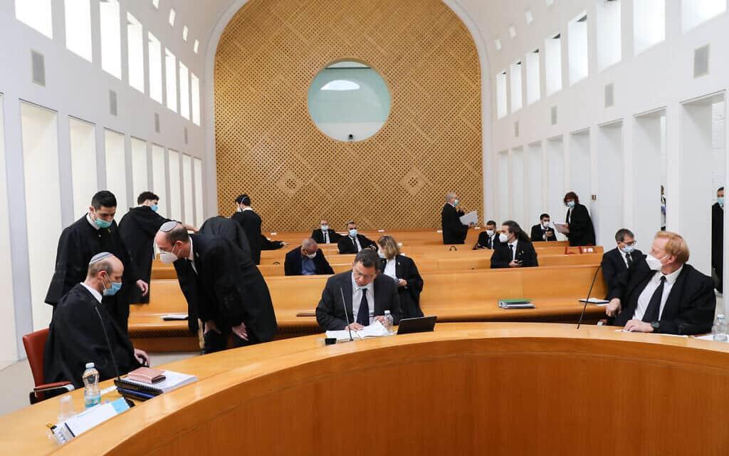 שורות היציע באולם ג׳ בבית המשפט העליון, בדיון בעתירות נגד ההסכם הקואליציוני בין הליכוד וכחול-לבן (צילום: Yossi Zamir/POOL)