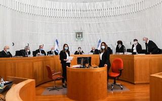 שופטי בית המשפט העליון בדיון בשאלה האם נאשם בפלילים יכול לקבל מנדט להרכיב ממשלה. 3 במאי 2020 (צילום: יוסי זמיר/פלאש90)