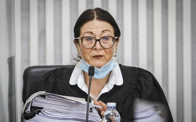 """נשיאת בית המשפט העליון אסתר חיות בדיון בבג""""ץ בעתירות נגד ההסכם הקואליציוני בין הליכוד וכחול-לבן. 4 במאי 2020 (צילום: Oren Ben Hakoon/POOL)"""