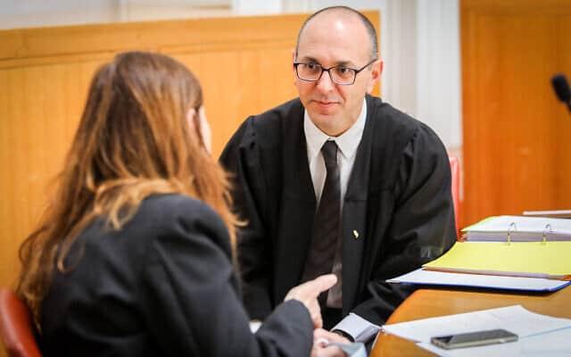 יובל יועז ודפנה הולץ לכנר בבית המשפט העליון, בדיון בעתירות נגד ההסכם הקואליציוני בין הליכוד וכחול-לבן (צילום: Oren Ben Hakoon/POOL)