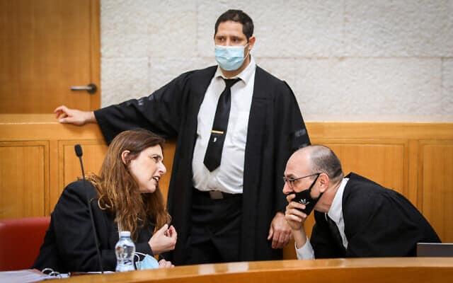 יובל יועז, דורון ברקת ודפנה הולץ לכנר בבית המשפט העליון, בדיון בעתירות נגד ההסכם הקואליציוני בין הליכוד וכחול-לבן (צילום: Oren Ben Hakoon/POOL)