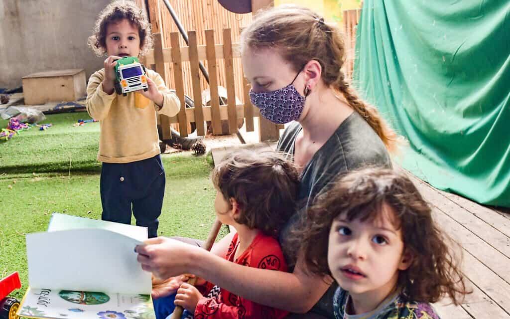 גן בתל אביב פועל במתכונת קורונה, אילוסטרציה, למצולמים אין קשר לנאמר (צילום: Avshalom Sassoni/Flash90)