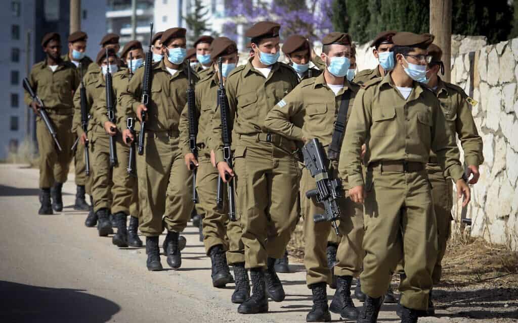 """חיילי חטיבת גולני משתתפים בהלווייתו של סמ""""ר עמית בן יגאל. אפריל 2020 (צילום: Yossi Aloni/Flash90)"""