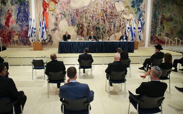 """ישיבתה הראשונה של """"ממשלת החירום"""" המנופחת שהוקמה כדי להיאבק במשבר (צילום: פלאש 90/ALEX KOLOMOISKY/POOL)"""