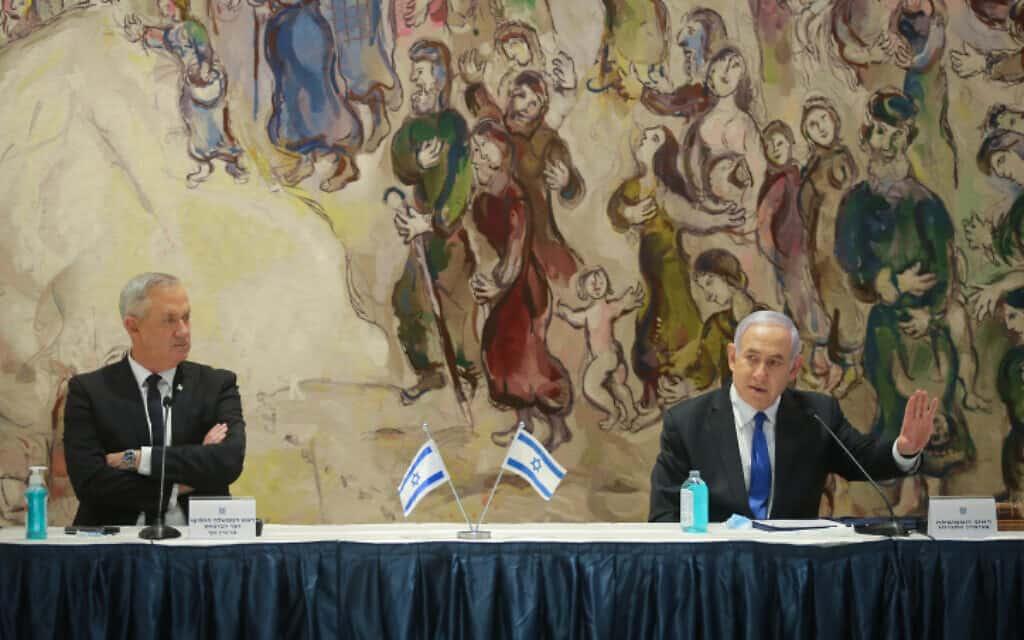 נתניהו (מימין) וגנץ בישיבת הממשלה הראשונה של הממשלה ה-35, 17 במאי 2020 (צילום: אלכס קולומויסקי - צילום פול, מתוך פלאש 90)