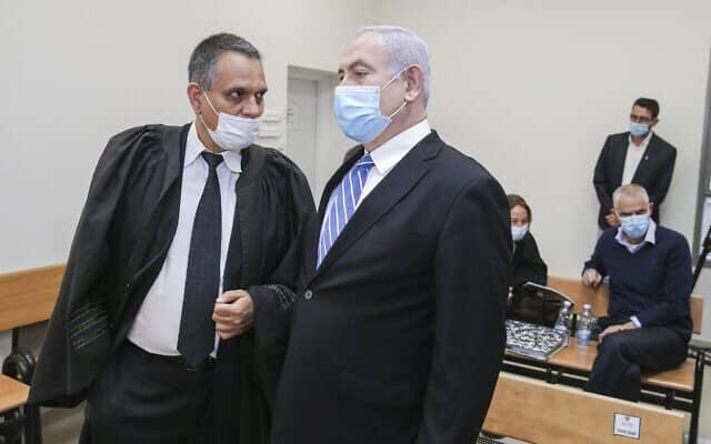 """בנימין נתניהו עם עו""""ד מיכה פטמן בבית המשפט (צילום: Amit Shabi/POOL)"""