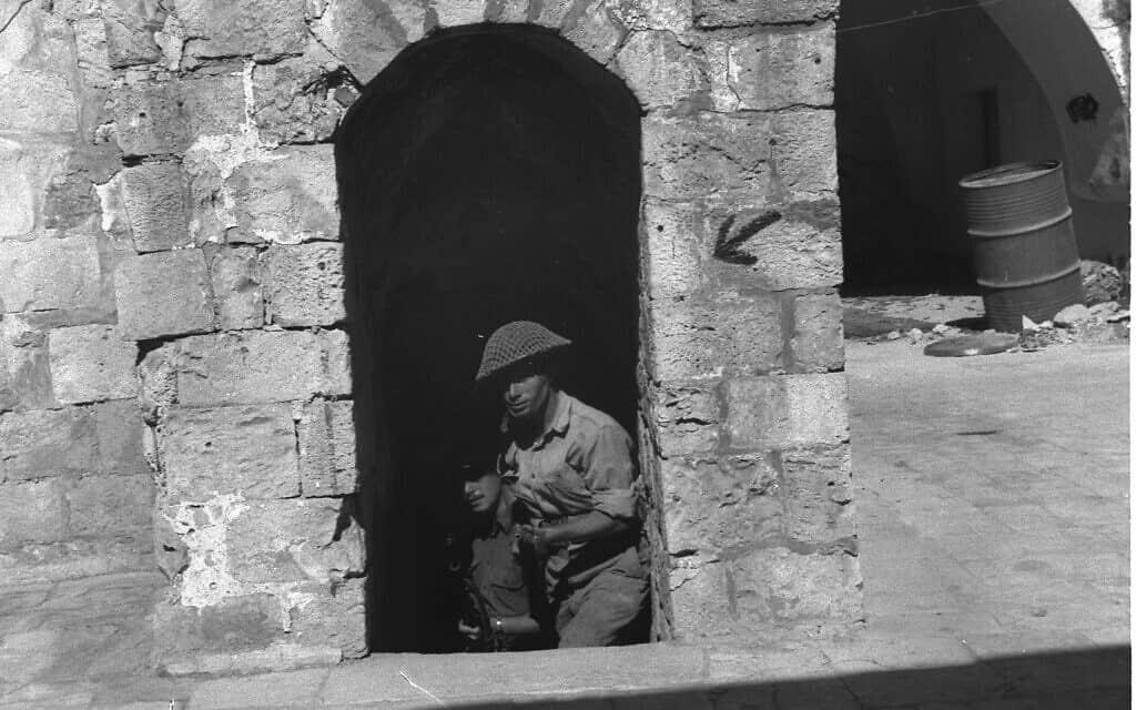 """לוחמים יהודים מחוץ לחומות העיר העתיקה, 1948 (צילום: לע""""מ)"""