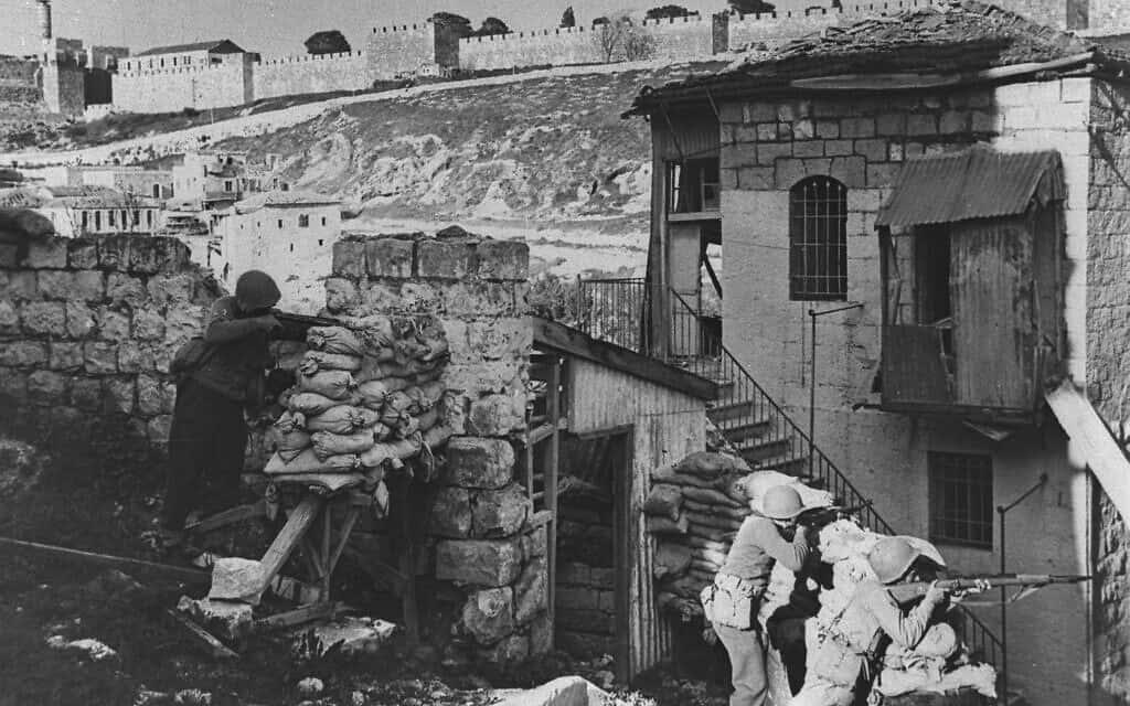 """חיילים ישראלים בשכונת ימין משה, פונים לעבר חומות העיר העתיקה, יוני 1948 (צילום: לע""""מ)"""