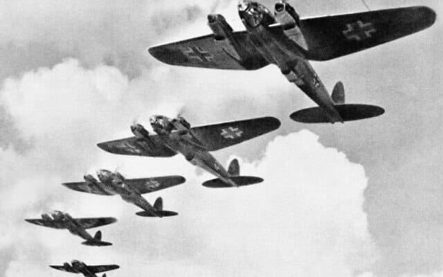 מטוסי היינקל של הלופטוואפה במהלך הקרב על בריטניה (צילום: רשות הציבור)