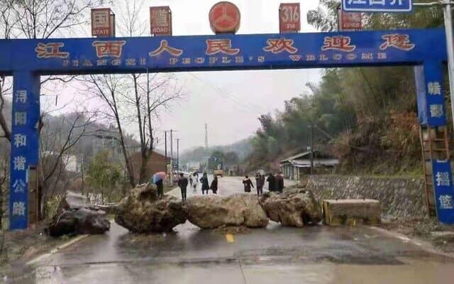 כביש גישה לכפר מחוץ לשנגחאי נחסם באבנים (באדיבות יפעת פרופר)