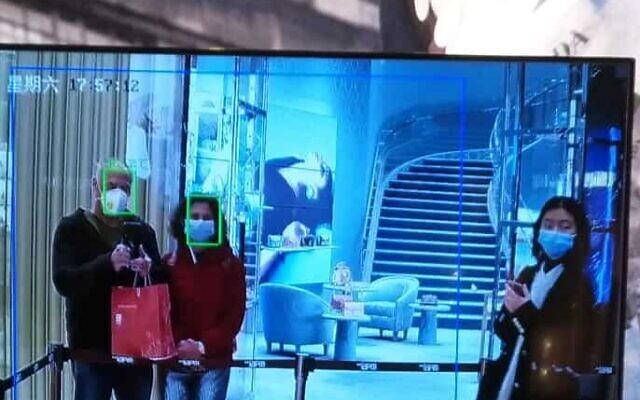 פתרונות יצירתיים למדידת החום של המבקרים במרכזי קניות. אייל ואני בכניסה למרכז קניות בשנגחאי (צילום: יפעת פרופר)