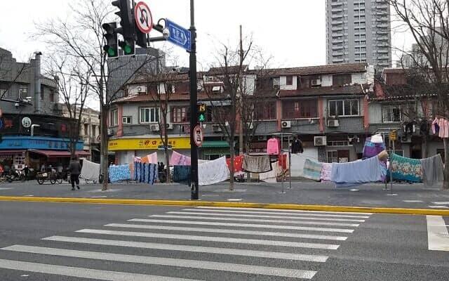 כביסה תלויה ברחוב, עירבוביה של ריחות-צבעים-עושר-וחום אנושי. שנגחאי מרץ 2020 (צילום: יפעת פרופר)