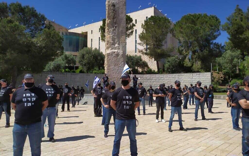 """כמאה פעילי מחאת הדגלים השחורים מול בג""""ץ, כדי לאפשר לו """"להחליט בלי פחד"""", 30 באפריל 2020 (צילום: מחאת הדגלים השחורים)"""
