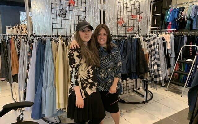 דינה בכהופר ואמה רבקה אברמוביץ בחנות (צילום: קתרין ג'יי. פרינס)