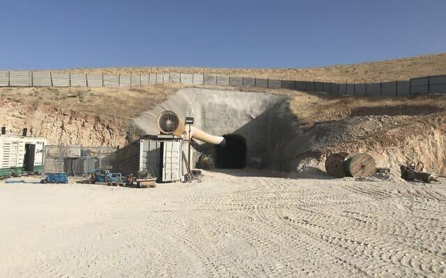"""הפתח למנהרה שתוביל את צינור הביוב במט""""ש נחל אוג (צילום: אמיר בן-דוד)"""