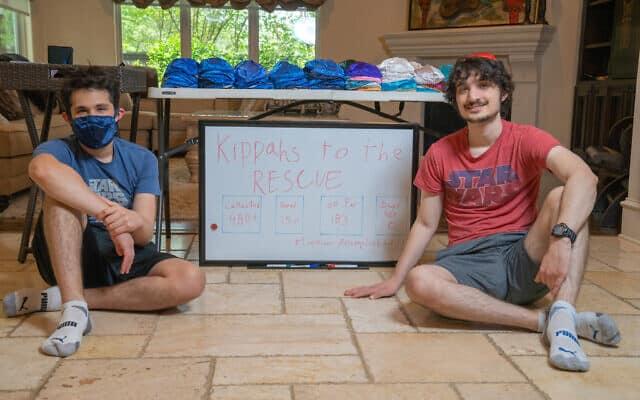 מת'יו ג'ייסון (שמאל) וג'רמי ג'ייסון במטה פרויקט Kippas to the Rescue, בביתם ביוסטון, אפריל 2020 (צילום: מארק ג'ייסון)