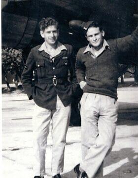 ברנרד קרגור עם בן דודו ליונל קרגר (צילום: באדיבות מוזיאון ה-RAF)