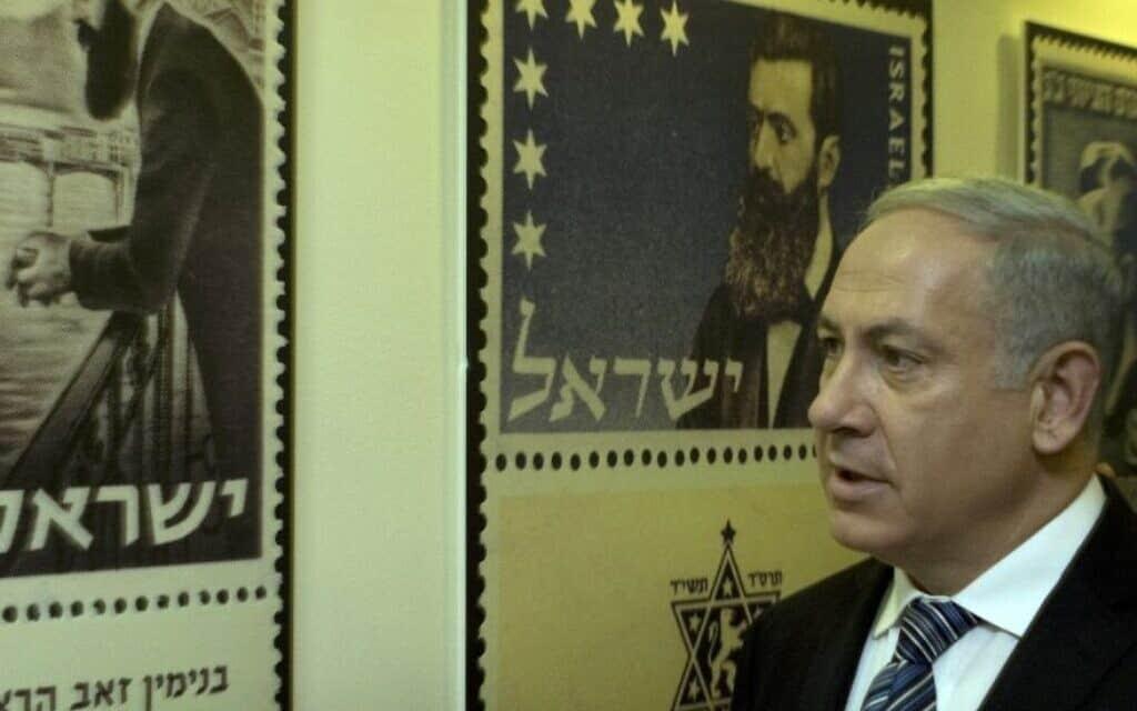 ראש הממשלה בנימין נתניהו מסתכל בכרזות של בולים הנושאים את דיוקנו של תאודור הרצל, מייסד הציונות המודרנית, בירושלים, 18 באפריל 2010 (צילום: איי-פי/סבסטיאן שיינר)