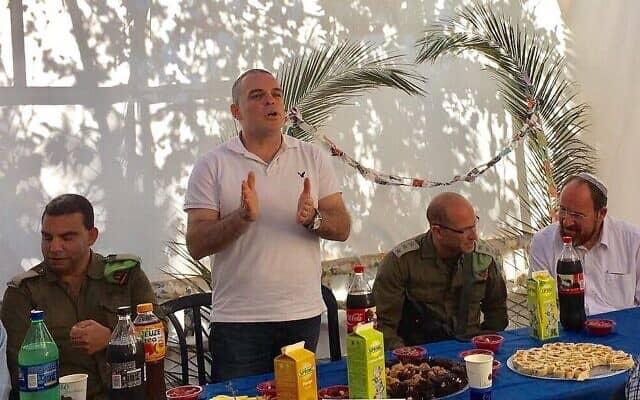 """ראש מועצת אפרת, עודד רביבי, מדבר בסוכה שלו במהלך חג הסוכות בהתנחלות אפרת, 11 באוקטובר 2017 (צילום: מועצת יש""""ע)"""