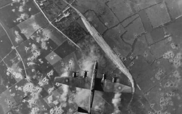 מפציצים של RAF בפעולה במהלך מתקפה לאור היום על אתר נשק סודי של הגרמנים בצרפת הכבושה (צילום: רשות הציבור)