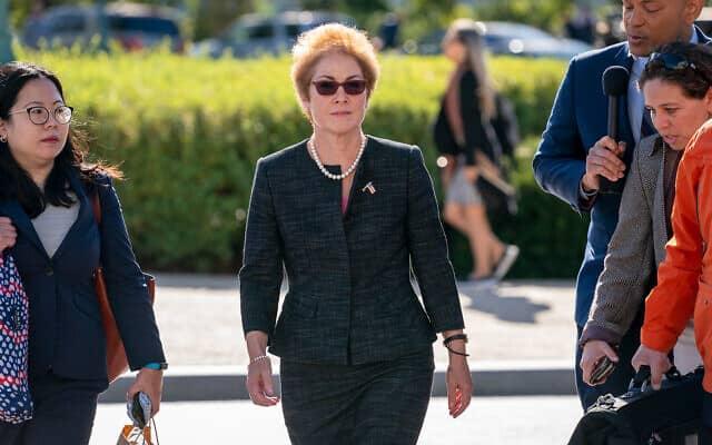 שגרירת אוקראינה בארצות הברית לשעבר, מארי יובנוביץ', מגיעה לגבעת הקפיטול בוושינגטון ב-11 באוקטובר 2019, כדי להעיד לפני חברי קונגרס כחלק מהליך ההדחה של הנשיא דונלד טראמפ (צילום: AP/ג'יי סקוט אפלווייט)