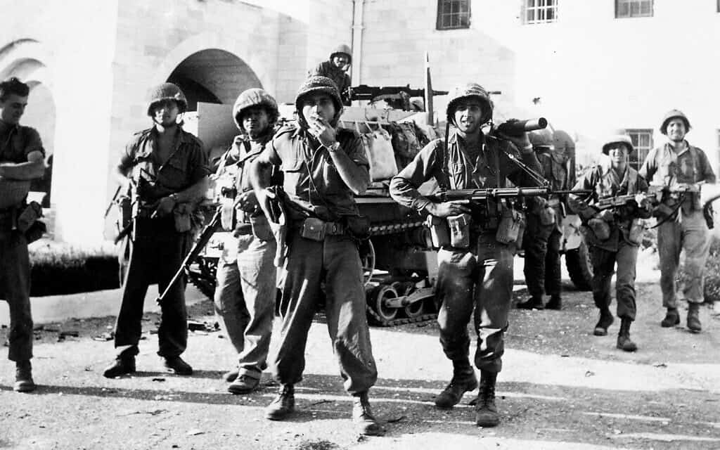 חיילים ישראלים בבית הממשלה בעיר העתיקה של ירושלים לאחר שהשתלטו על החלק הירדני של העיר בתום קרבות כבדים, 6 ביוני 1967 (צילום: AP/IDF)