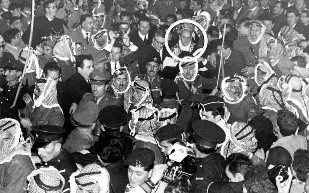 חיילים ירדנים מפנים דרך בתוך הקהל עבור האפיפיור פאולוס השישי בירושלים, 4 בינואר 1964 (צילום: AP/Mario Torrisi)