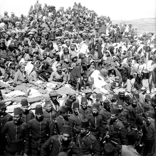 קהל של מוסלמים העולים לרגל לקברו של נבי מוסא בתחילת המאה ה-20 (צילום: ויקיפדיה)