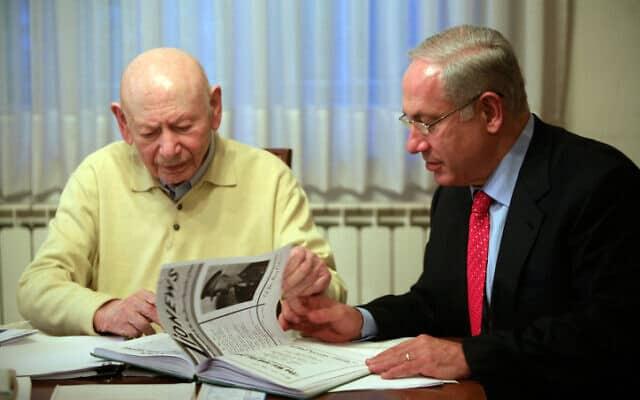 נתניהו (מימין) ואביו, בנציון, בביתו של האחרון בירושלים ב-2009 (צילום: נתי שוחט, פלאש 90)