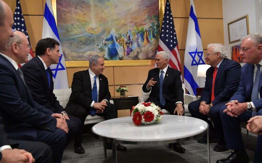 סגן נשיא ארצות הברית, מייק פנס, מארח את ראש הממשלה נתניהו בשגרירות ארצות הברית בירושלים, 23 בינואר 2020. בפגישה השתתפו גם שגריר ישראל בארצות הברית, רון דרמר, שני משמאל, ושגריר ארצות הברית בישראל, דיוויד פרידמן, שני מימין (צילום: קובי גדעון/פלאש90)