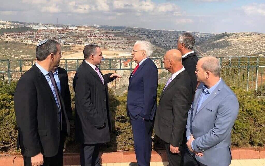 שגריר ארצות הברית בישראל דיוויד פרידמן (רביעי מימין) מסייר בהתנחלות אפרת עם ראשי המתנחלים, 20 בפברואר 2020 (צילום: Courtesy)