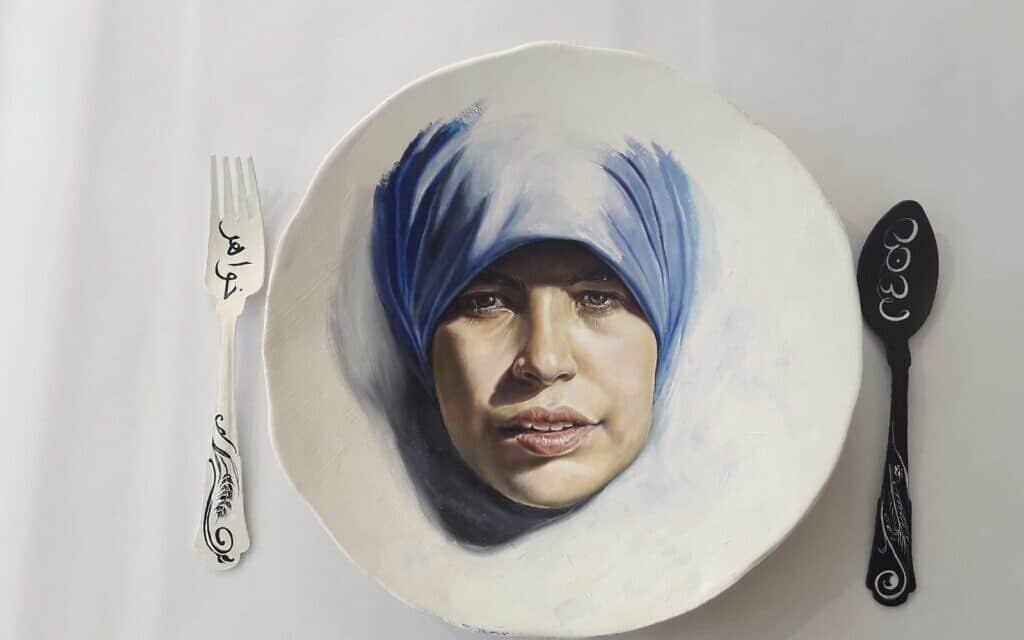 """""""לאכול עם חברות"""", עבודה של שירלי סיגל, מתוך התערוכה עושות היסטוריה במוזיאון חיפה"""