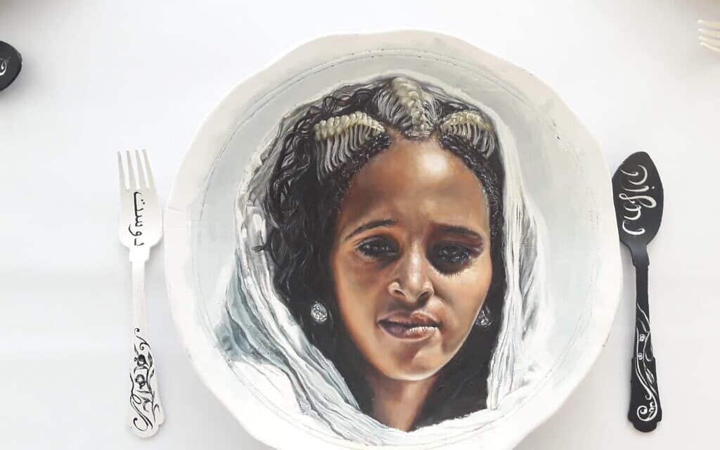 """""""לאכול עם חברות"""", עבודה של שירלי סיגל, מתוך התערוכה """"עושות היסטוריה"""" במוזיאון חיפה"""