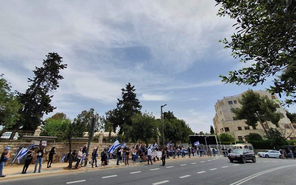 """הפגנות במקביל לדיוני בג""""ץ"""