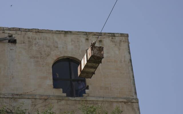 הרכבל שהוקם ב-1948 מעל דרך חברון בירושלים (צילום: שמואל בר-עם)