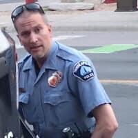 השוטר דרק שובין שחנק למוות את ג'ורג' פלויד ב-25 במאי 2020 (צילום: Darnella Frazier/Facebook)