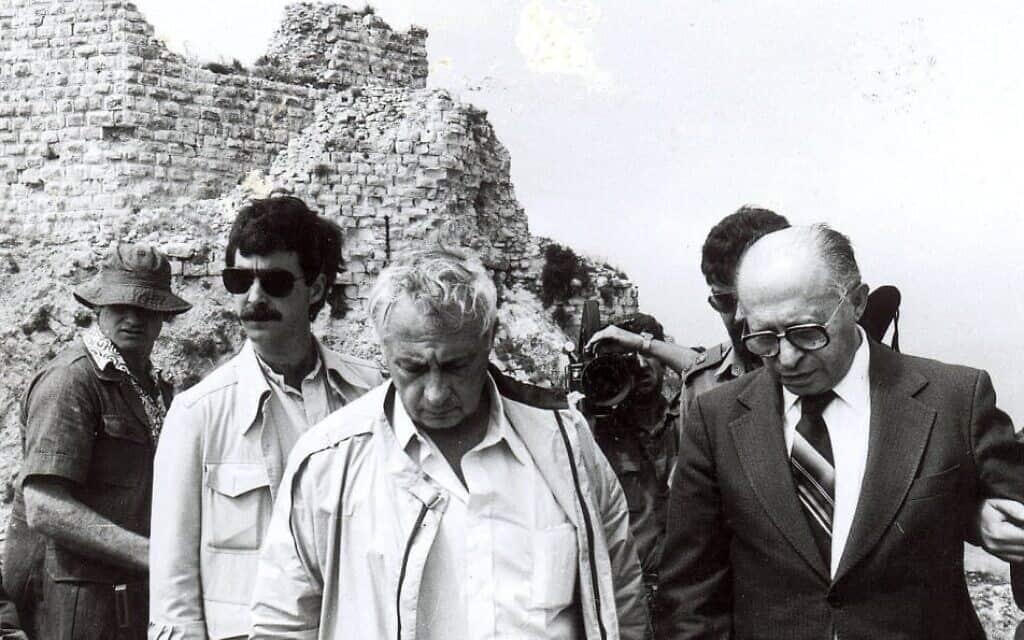 בגין ושרון במבצר הבופור לאחר כיבושו, יוני 1982
