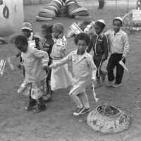 """ילדים יוצאי אתיופיה בגבעת אולגה, 1984 צילום: נתי הרניק, לע""""מ) (צילום: צילום: נתי הרניק, לע""""מ)"""