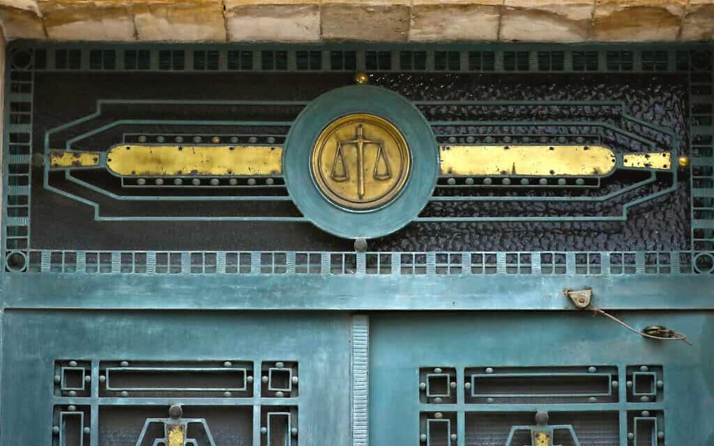 סמל הצדק מעל דלתות הכניסה לבית המשפט המחוזי בירושלים (צילום: Olivier Fitoussi/Flash90)
