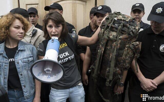 דריה קלניוק מחזיקה מגפון במהלך הפגנה ליד משרד התובע המיוחד לענייני שחיתות, שמשתתפיה תבעו את התפטרותו של העומד בראשו, נזאר חולודניצקי, 17 ביולי 2018 (צילום: דמיטרו רפליאנצ'וק/Hromadske)