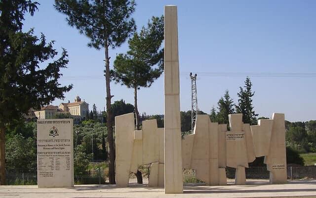 """האנדרטה מחוץ למוזיאון, יצירתו של האמן והפרטיזן אלכסנדר בוגן (צילום: ד""""ר אבישי טייכר, ויקיפדיה, CC BY 2.5)"""