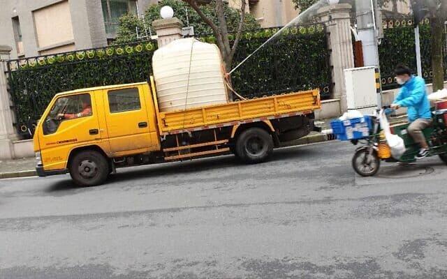 משאית לחיטוי הכביש והמדרכה. מרץ 2020 (צילום: תצלום באדיבות נאוטו)