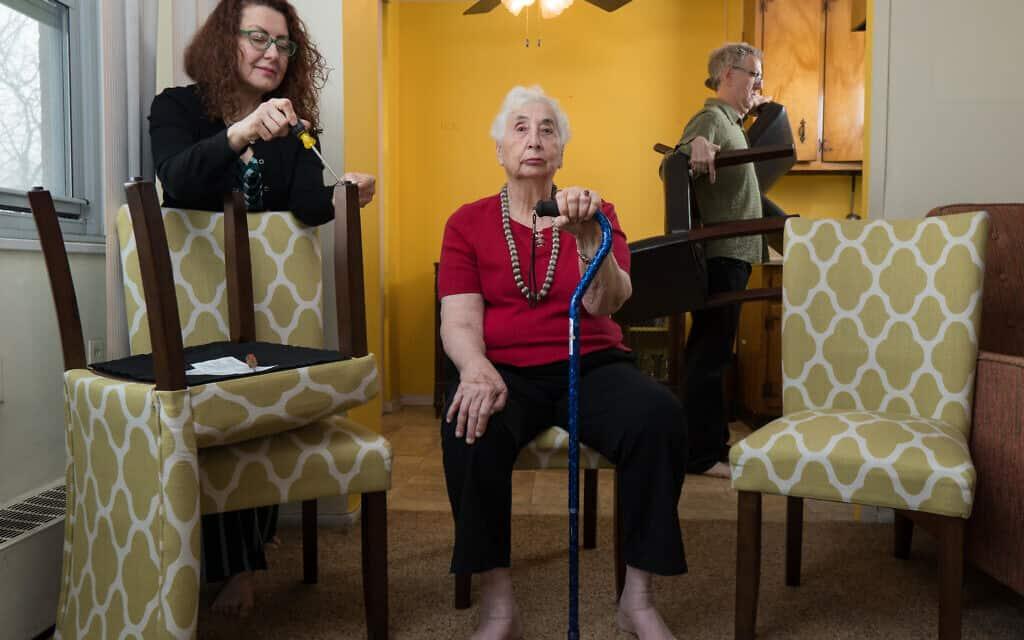 הכותב והצלם ניל קריימר התחיל לצלם את החיים תחת הסגר עם אמו וגרושתו (צילום: באדיבות קריימר)