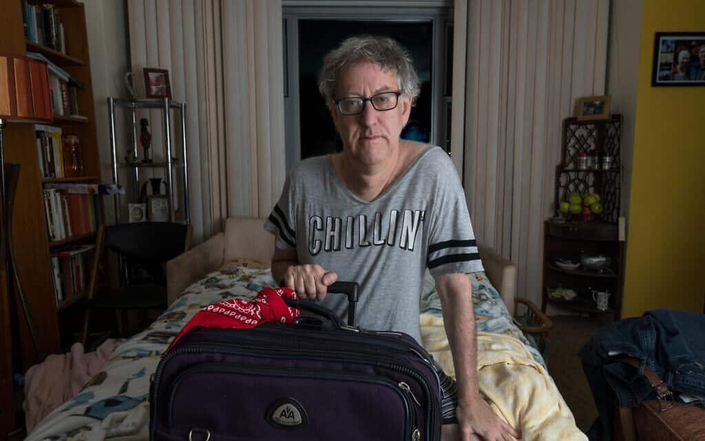 הכותב והצלם ניל קריימר בחדר ילדותו בקווינס, ניו יורק, בתקופת מגפת הקורונה (צילום: באדיבות קריימר)